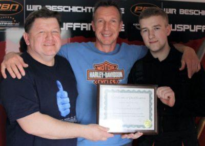 Wręczenie certyfikatu przez instruktora Cerakote